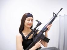 """新木優子、タンクトップ姿でウィンク  """"ランボー風""""衣装で「マコチを狙い撃ち」"""