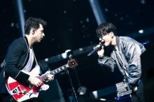 星野源、ワールドツアー横浜公演「ただいま」 マーク・ロンソンと共演に1万3000人沸く