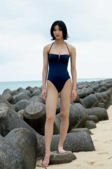10頭身の現役女子高生・小貫莉奈、沖縄で魅せた最強スタイルと圧倒的存在感