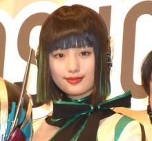 『ゼロワン』イズ役・鶴嶋乃愛、笑顔で舞台あいさつに登場 テレビシリーズは修復中も…