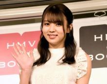 """欅坂46小林由依、リアル""""クリスマスツリー""""コーデ披露「家におきたい」「可愛いすぎる」"""