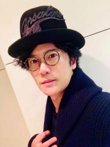 稲垣吾郎、慎吾サンタからのXmasプレゼントを公開 自宅リビングもチラリ