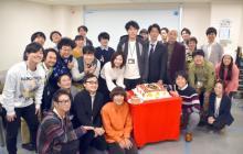 吉高由里子&重岡大毅らが柄本佑にバースデーサプライズ 似顔絵ケーキをプレゼント