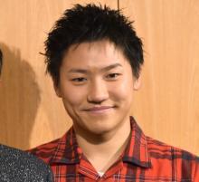 """GENERATIONS・小森隼、デビュー以来初の""""黒髪""""に照れ笑い「服着てない気持ちに…」"""