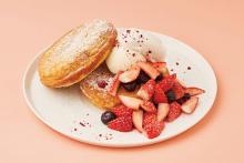 シュークリームを大胆にトッピングしたパンケーキも!「ビブリオテーク」のストロベリーデザートフェアに注目