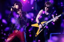 B'z『Whole Lotta NEW LOVE』ツアー映像化 大量の桜吹雪舞うダイジェスト公開