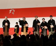歌舞伎座の花道に鬼登場 歌舞伎俳優25人が豆まき「福は内!」