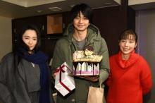 """向井理、主演ドラマ撮影現場でサプライズバースデー ケーキの""""札束""""にびっくり"""