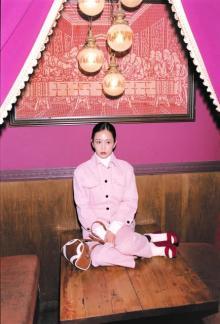 前田敦子、プラダの新作をロマンティックにまとう モードなストーリー表現