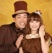 あべこうじ&高橋愛夫妻、ほっぺにキスで結婚記念日祝福「7年目もよろしくね!」