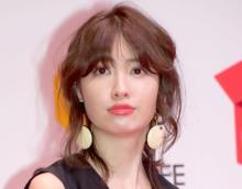 小嶋陽菜、美背中チラリなドレスショット 色気たっぷり「大人フェミニン」な姿を公開