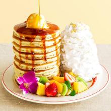 """超リッチな""""10枚重ね""""のパンケーキも。「エッグスンシングス」に日本上陸10周年記念の限定メニューが登場"""