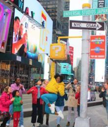 """マリオ""""ハテナブロック""""がニューヨーク中心街に突如出現、USJ新エリアに世界が熱狂"""