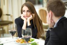 無意識にやりがち…!デート中、男子が「冷める」女性の言動
