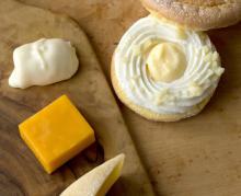 ふわふわ生地にチーズクリームや苺をサンド。阪急うめだ本店にある「フワトロワ」の季節限定商品がおいしそう♡