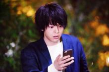中村倫也、一人7役を巧みに演じる 『水曜日が消えた』場面写真が解禁