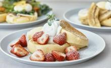 フレッシュな苺もどっさり♡フリッパーズの新作「奇跡のパンケーキ 苺ミルク×ルビーチョコレート」が登場
