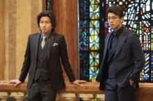 竹内涼真、メガネ&スーツ姿を披露 映画『太陽は動かない』場面写真解禁