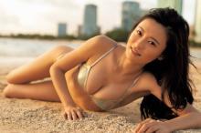 最強美女こじるり、ハワイで魅せる圧巻BODY&ハッピースマイル 『ヤンジャン』初表紙