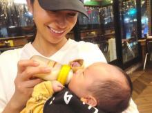高橋メアリージュン、妹・ユウの息子を抱きミルク「メロメロですね」「抱き方が安定してる!」