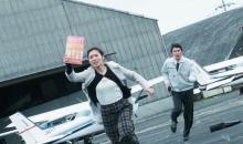 松岡茉優、飛行場で猛ダッシュ 映画『騙し絵の牙』場面写真解禁