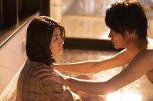 瀧内公美と神尾楓珠が夕暮れの一室で見つめ合い… 映画『裏アカ』場面写真解禁
