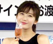 """小倉優香、胸元チラリなお色気ショット """"おうち時間""""の過ごし方にも反響「わ~お、健康的!」"""