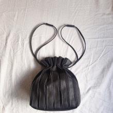 【GU】大人気の「プリーツバッグ」が1990円で買えちゃうなんて…!史上最強に高見えするからマストバイ♡