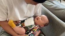高橋ユウの夫・卜部弘嵩選手、息子の眼差しにメロメロ? 生後2ヶ月の写真公開