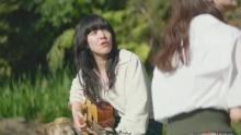 あいみょん、テレビCM初出演で「マリーゴールド」弾き語り 麦わら帽子の多部未華子と共演