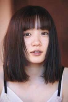 永野芽郁、ハサミを持ち前髪カット 写真集で挑戦「変化を楽しんでもらいたい」