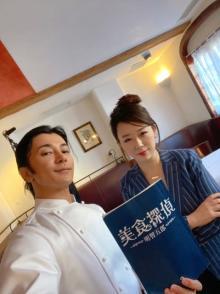 『美食探偵 明智五郎』撮影現場を原作者・東村アキコが訪問 武田真治と自撮り2ショット