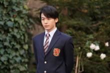 中村倫也、こだわりのブレザー姿を披露 『美食探偵 明智五郎』第4話で高校時代を回想