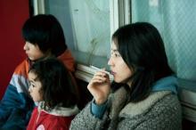 長澤まさみ、うつろな目でタバコをふかす ダークサイドの母親役で新境地