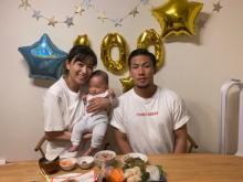 高橋ユウ、愛息・禅清くんのお食い初めを報告 家族3ショットも公開「パパにそっくり」