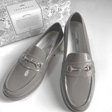 """いかにも""""長靴""""っぽいデザインは避けたい人へ。足元をおしゃれに彩るレインシューズを集めました♡"""
