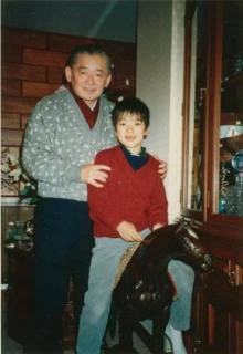 DAIGO、祖父・竹下登元総理との幼少期ショット公開「めちゃくちゃ似てます」「素敵な笑顔」