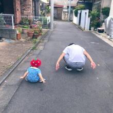 『おんぶしようとしたら隣きて同じポーズしてくる』1才の娘に父驚愕「子は親の背を見て育つ」