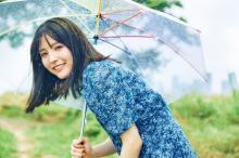 乃木坂46・早川聖来、雨のなかで見せるキュートスマイル ミニワンピから美脚も披露【独占カットあり】