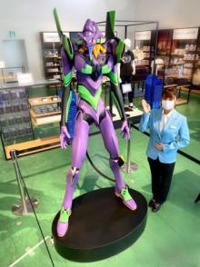 世界最大級の屋内型ミニチュア・テーマパーク SMALL WORLDS TOKYO 小さなミニチュアの世界に、超巨大2m超、オリジナルエヴァンゲリオン初号機フィギュア現る! 【アニメニュース】