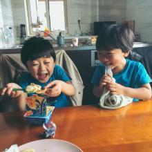 """『愛のようなものを写真に収めてしまった…』""""大好物""""に歓喜する兄弟に「こっちまで笑顔になる」「涙が出そう」"""