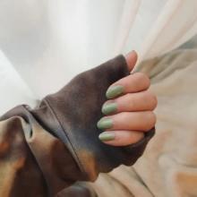 そうそう、このカラーを求めてたの…。おしゃれさん必携「くすみグリーン」のネイルをブランド別に6つご紹介♡