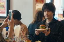 中村倫也、ハンバーガー手に取り写真撮影 映画『人数の町』お食事場面が解禁