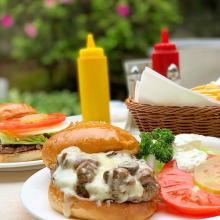 7月20日はハンバーガーの日!赤いバンズ?チェリーバーガー?今すぐ食べたい気になる東京のハンバーガー店4選