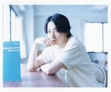 濱正悟、窓辺でクールに微笑む 『ViVi』の人気グラビア企画に登場