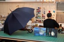『トトロの雨傘』皇室御用達の老舗メーカーより発売 昭和30年の舞台背景…職人の手作り