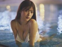 グラビア界の新星モデル・雪平莉左、ナイトプールで圧巻の美ボディ&ビキニ姿披露