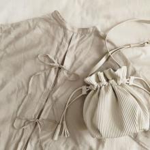 しまむらの「プリーツ巾着バッグ」が驚きプライス!あまりのかわいさにイロチ買いしたくなっちゃうかも♡