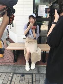 伊藤美来、食べ歩きでモグモグ…部屋着姿も? トレーディングカードのオフショット