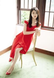乃木坂46・久保史緒里、鮮やかな赤ドレスで美脚披露 『アップトゥボーイ』誌面カット到着